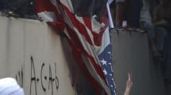Arrancan la bandera de la embajada de EEUU en El