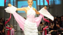 Des robes en papier hygiénique pour la cause du cancer du sein