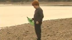 Otto anni dopo bimbo trova messaggio in bottiglia sulla spiaggia e rintraccia i mittenti