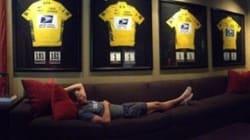 Lance Armstrong joue la provoc devant ses 7 maillots
