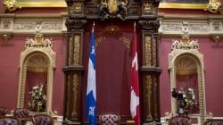Le drapeau canadien restera au salon