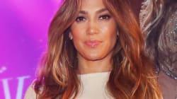 Mais que sont ces taches brunes bizarres sur le pantalon blanc de J.Lo?