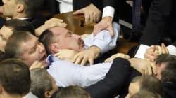 Ucraina, maxi rissa fra politici in Parlamento (VIDEO,