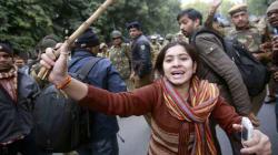 India, cremata la ragazza vittima dello stupro. Veglie in molte città, chiesta pena di morte per gli stupratori
