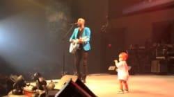 Un bébé vole la vedette durant le concert de son père