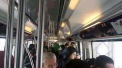 Une rame de métro évacuée sur un pont