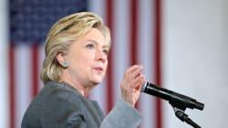 """Clinton responde a los """"trastornados"""" tuits de"""