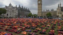 Inundan el parlamento británico con chalecos