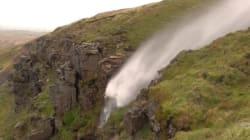 I venti di Ophelia sono così forti che la cascata scorre al