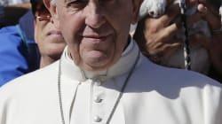 Le pape François photobombé par un