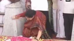 A Lot Of People Are Baffled By Sasikala's Strange Hand Gesture At Jayalalithaa's