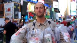 Este hombre se viste con la basura que generó durante un