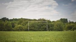 Un homme se fait exploser sur un terrain de soccer en