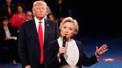 Hillary Clinton si è allenata a lungo per evitare l'abbraccio con