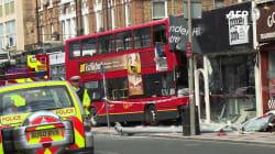 Un autobus à étage de Londres défonce la vitrine d'un