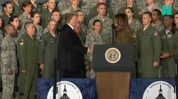 Devant ces militaires, Trump a une manière très particulière de saluer sa