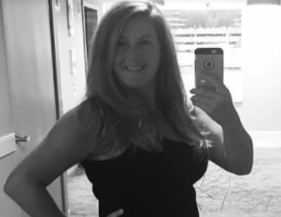 This mom's mirror selfie in sexy LBD is going viral