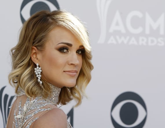 Carrie Underwood shows off her fit bikini figure
