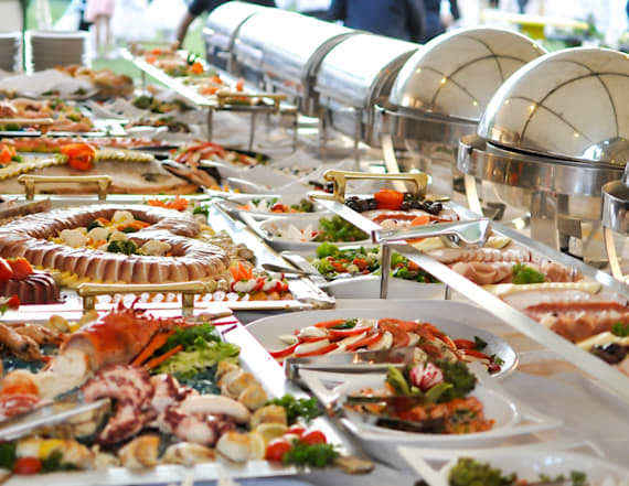 Tips for avoiding unsanitary conditions at a buffet