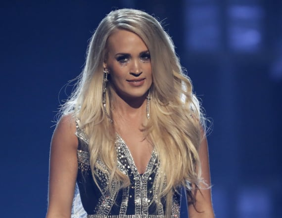 Carrie Underwood returns after injury