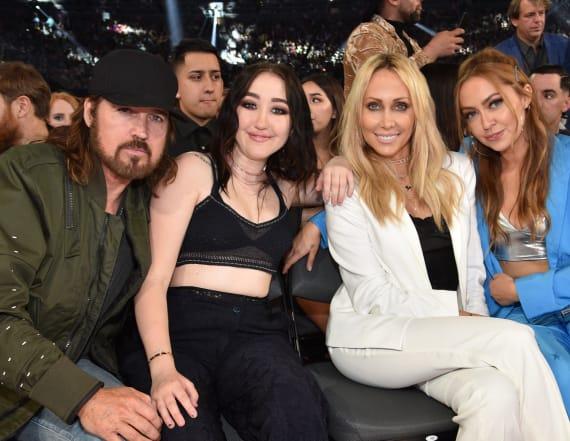 Star hilariously photobombs Cyrus family photos