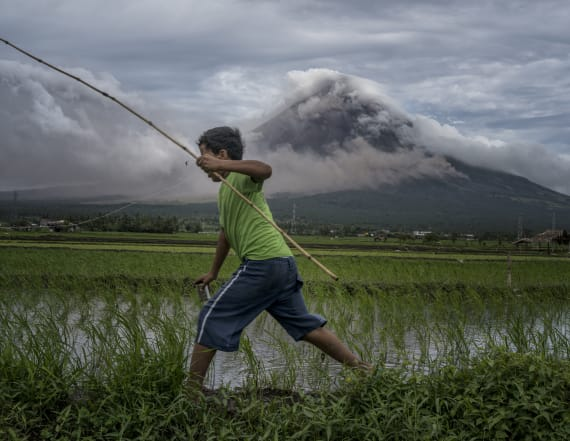 Philippines raises volcano alert again