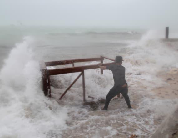 Hurricane Maria lashes Dominican Republic