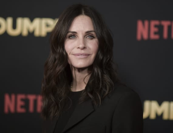 Courteney Cox visits real-life 'Friends' apartment