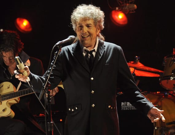 Bob Dylan stops show over fan photos