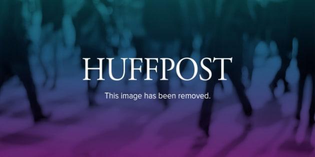 El corredor sudafricano Oscar Pistorius reacciona después que un compañero chocó en el relevo 4x400 en los Juegos Olímpicos el jueves, 9 de agosto de 2012, en Londres. (AP Photo/Matt Dunham)