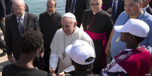 Francesco a Lampedusa, la scossa del Papa che mette all'angolo i politici (FOTO, VIDEO)