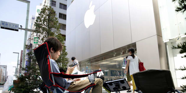 TOKYO, JAPAN - SEPTEMBER 12:  (CHINA OUT, SOUTH KOREA OUT) People make a queue for buying the new iPhone 5s in front of Apple Store Ginza on September 12, 2013 in Tokyo, Japan. The new series of iPhone will be on sale on September 20.  (Photo by The Asahi Shimbun via Getty Images)