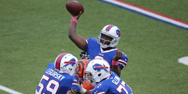 ORCHARD PARK, NY - OCTOBER 13: Thad Lewis #9 of the Buffalo Bills completes his first pass of the game during NFL game action against the Cincinnati Bengals at Ralph Wilson Stadium on October 13, 2013 in Orchard Park, New York. (Photo by Tom Szczerbowski/Getty Images)
