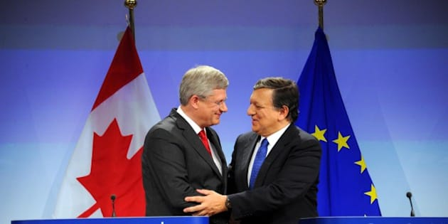 BRUSSELS , BELGIUM - OCTOBER 18 :  Canadian Prime Minister Stephen Harper (L) shakes and with European Commission President Jose Manuel Barroso(R) during a press conference following an official signing ceremony  to finalise free-trade agreement on October 18, 2013 in Brussels. (Photo by Dursun Aydemir/Anadolu Agency/Getty Images)