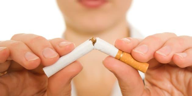 woman breaks down the cigarette.
