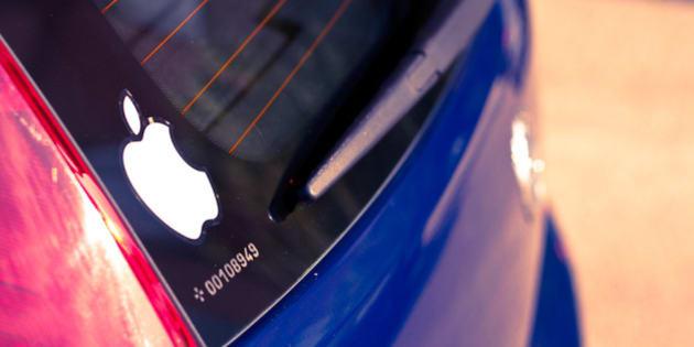 """Como fan de Apple, llevo una pegatina con el logo en el coche. Puede que la gente piense que es típico, que soy un fanboy, pero cierto es que muchos amigos han identificado mi coche por la manzana y no por la matrícula jaja.  --  As an Apple fan, I have a sticker with the logo on the car. People may think it's typical or I'm a fanboy, but the truth is that many friends have identified my car by the Apple logo and not for tuition jaja.  --  Camara: Canon EOS 450D. Objetivo: EF50mm f/1.8 II. Distància focal: 50 mm. Tiempo de exposición: ¹???? seg.. Apertura: f/3,5. ISO: 100. Flash: no flash. Modo de disparo: Manual - © Jose A. Segura - Foto con Licencia de Creative Commons - <a href=""""http://www.hybrix.es"""" rel=""""nofollow"""">www.hybrix.es</a>"""