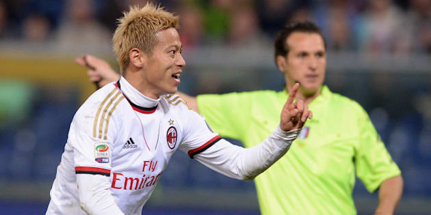 GENOA, ITALY - APRIL 07:  Keisuke Honda of AC Milan #10 celebrates scoring the second goal during the Serie A match between Genoa CFC v AC Milan at Stadio Luigi Ferraris on April 7, 2014 in Genoa, Italy.  (Photo by Claudio Villa/Getty Images)