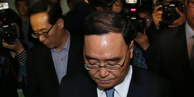 SEOUL, SOUTH KOREA - APRIL 27:  (SOUTH KOREA OUT) South Korean Prime Minister Chung Hong-Won leaves from the Central Government Complex on April 27, 2014 in Seoul, South Korea. Chung Hong-won offered his resignation responding to the criticism over the government's response to the 16 April ferry accident.  (Photo by Park Young-Dae-Donga Daily via Getty Images)