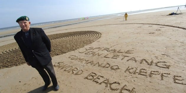 Le bérêt vert Léon Gautier pose le 01 juin 2006 sur la plage d'Ouistreham près d'une oeuvre en sable de l'artiste français Roger Dautais, en hommage aux hommes du commando Kieffer, dont a fait partie M. Gauthier. Quatre artistes du Land-Art, un Français, une Canadienne, une Anglaise et une Américaine réalisent pendant deux jours des oeuvres éphémères sur les différentes plages de Normandie pour commémorer le 62e anniversaire du Débarquement.  Green Beret veteran Leon Gautier poses 01 June 2006 on the beach in Ouistreham, next to a sand work of French artist Roger Dautais in homage to the 'Kieffer Commando', a detachment of 177 Frenchmen, led by French Lieutenant Philippe Kieffer, that formed part of Lord Lovat's 1st Special Service Brigade. Land-Art artists from France, Canada, England and USA perform during two days on several Normandy beaches for the 62nd commemoration of the end of WWII.  AFP PHOTO MYCHELE DANIAU        (Photo credit should read MYCHELE DANIAU/AFP/Getty Images)