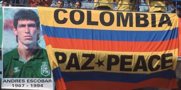 アンドレス・エスコバルの旗を掲げるコロンビアのサポーター