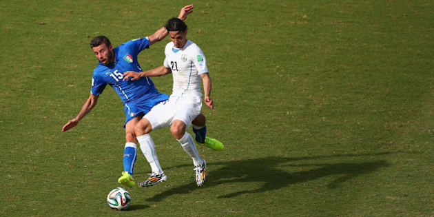 NATAL, BRAZIL - JUNE 24:  Andrea Barzagli of Italy and Edinson Cavani of Uruguay compete for the ball during the 2014 FIFA World Cup Brazil Group D match between Italy and Uruguay at Estadio das Dunas on June 24, 2014 in Natal, Brazil.  (Photo by Julian Finney/Getty Images)