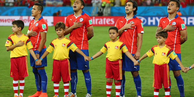 CUIABA, BRAZIL - JUNE 13: Chile line up and sing the National Anthem before the 2014 FIFA World Cup Brazil Group B match between Chile and Australia at Arena Pantanal on June 13, 2014 in Cuiaba, Brazil.  (Photo by Clive Brunskill/Getty Images)