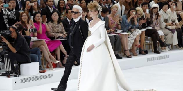 Au défilé Chanel, une robe de mariée pour femme enceinte