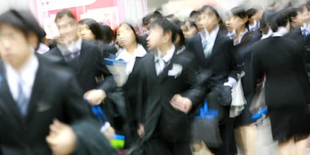 Tokyo, JAPAN: Student who will graduate from school in 2008 crowd into the job fair organised by a recruitment company at the Tokyo Big Site hall 30 January 2007. Japan's unemployment rate rose to 4.1 percent in December from 4.0 percent in November.    AFP PHOTO/Toru YAMANAKA (Photo credit should read TORU YAMANAKA/AFP/Getty Images)