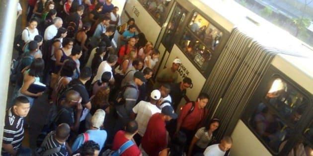 Passageiros esperam ônibus no Terminal Capelinha em mais um dia de transporte confuso devido aos temporais na cidade  Foto: Ademir Batista dos Santos, ouvinte-internauta