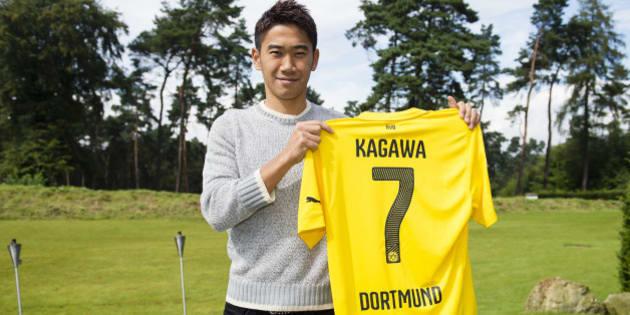 DORTMUND, GERMANY - AUGUST 31:  Shinji Kagawa of Dortmund signs his new Borussia Dortmund contract at Dortmund on August 31, 2014 in Dortmund, Germany.  (Photo by Alexandre Simoes/Borussia Dortmund/Getty Images)