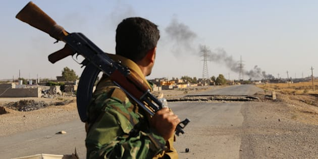 DIYALA, IRAK - AUGUST 24:  Kurdish Peshmergas fight against Islamic State (IS) militants to regain the control of the town of Celavle in Diyala province, Iraq, on August 24, 2014. Diyala's Celavle town invaded by IS militants on August 11 after then armed Peshmerga forces seize to regain the town. (Photo by Feriq Ferec/Anadolu Agency/Getty Images)