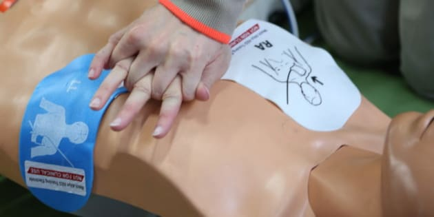 Workshop organised by the Red Cross. Life-saving first aid on a model. Defibrillator. (Photo by: BSIP/UIG via Getty Images)