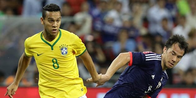 SINGAPORE - OCTOBER 14: Josef Souza of Brazil (L) and Shinji Okazaki of Japan challenge for the ball during the international friendly match between Japan and Brazil at the National Stadium on October 14, 2014 in Singapore.  (Photo by Suhaimi Abdullah/Getty Images)