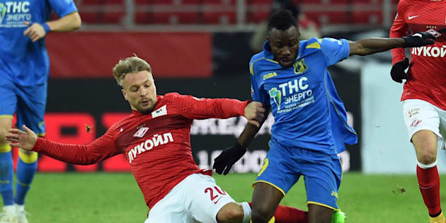 MOSCOW, RUSSIA - DECEMBER 04: Patrick Ebert (L) of FC Spartak Moscow challenged by Guelor Kanga of FC Rostov during the Russian Premier League match between FC Spartak Moscow and FC Rostov at the Arena Otkritie Stadium on December 04, 2014 in Moscow, Russia. (Photo by Epsilon/Getty Images)